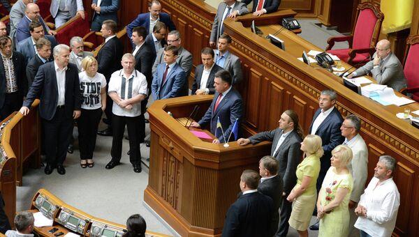 Лидер националистической партии Свобода Олег Тягнибок выступает на заседании Верховной Рады Украины