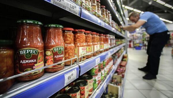 Офощные консервы фирмы Верес производства Украины в одном из супермаркетов Москвы