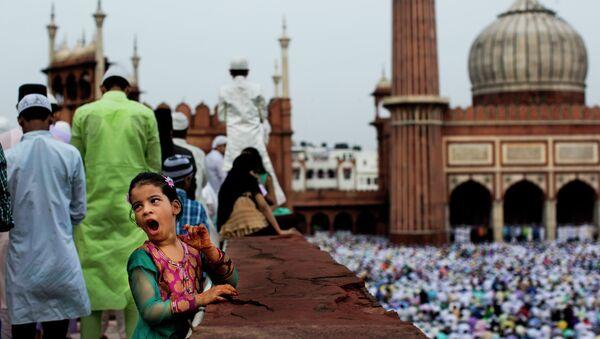 Девочка во время празднования празднования Ураза-Байрама в Нью-Дели, Индия