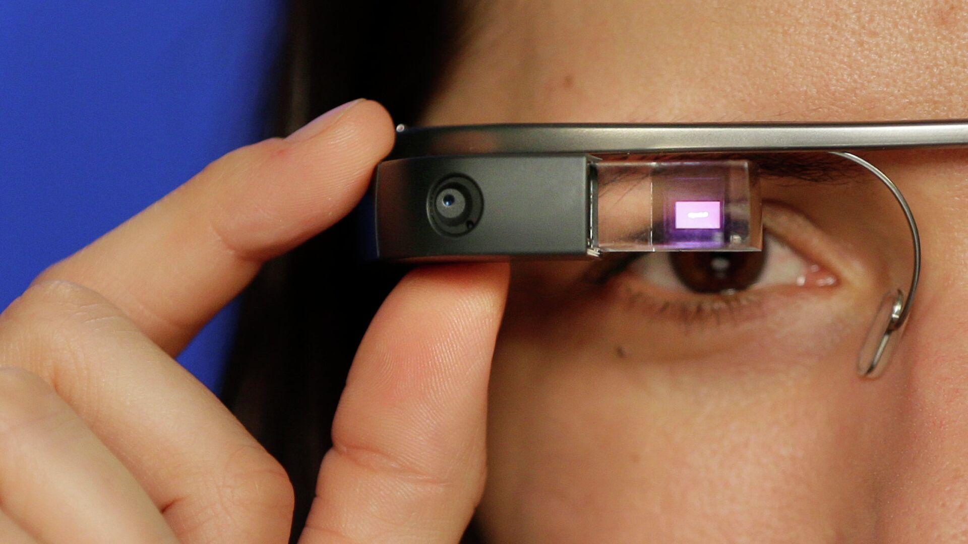Девушка в очках Google glass - РИА Новости, 1920, 26.02.2021