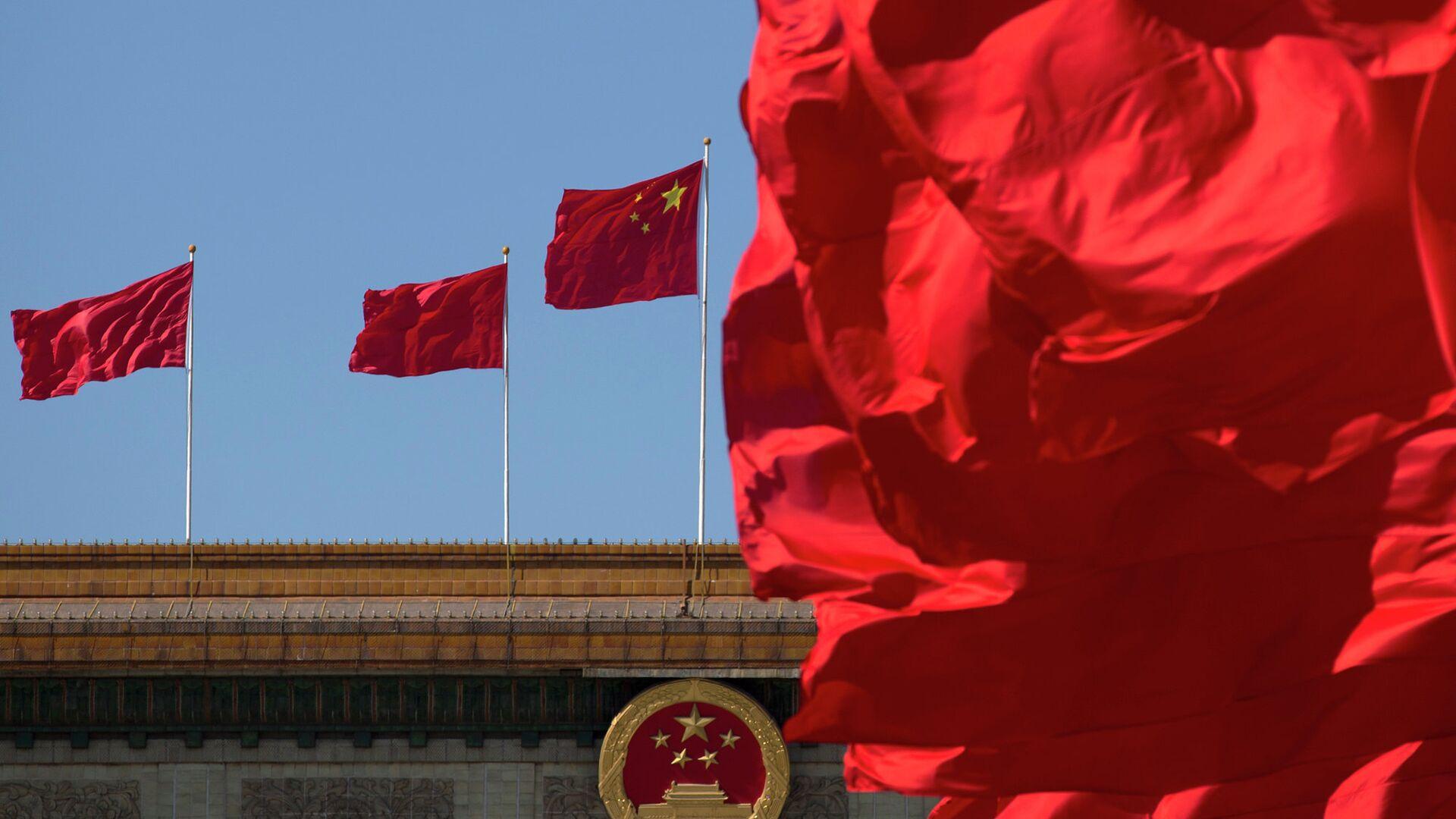 Флаги Китая на здании Дома народных собраний в Пекине - РИА Новости, 1920, 11.02.2021
