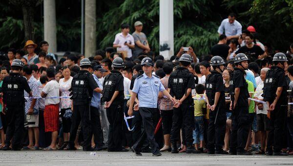 Полиция на месте взрыва на заводе в Китае 2 августа 2014