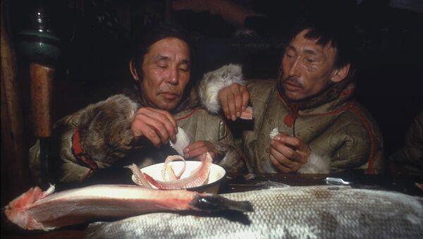 Оленеводы едят строганину. Архивное фото
