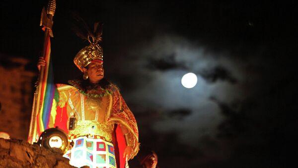 Мужчина, одетый в традиционный костюм индейцев племени Инка. Архивное фото
