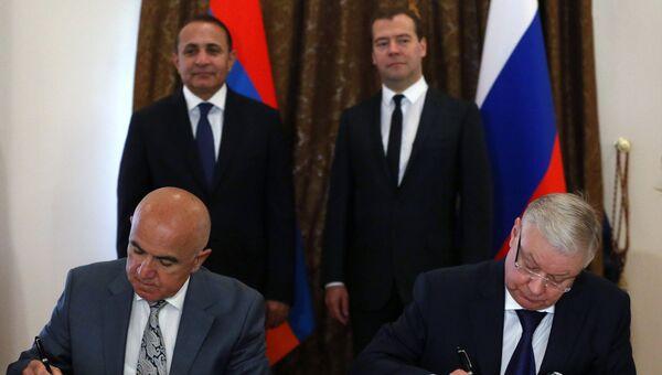 Премьер-министр Армении Овик Абраамян (на втором плане слева) и Председатель правительства РФ Дмитрий Медведев (на втором плане справа)
