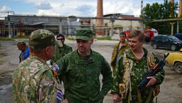 Командир батальона Призрак народного ополчения Луганска Алексей Мозговой разговаривает с бойцами
