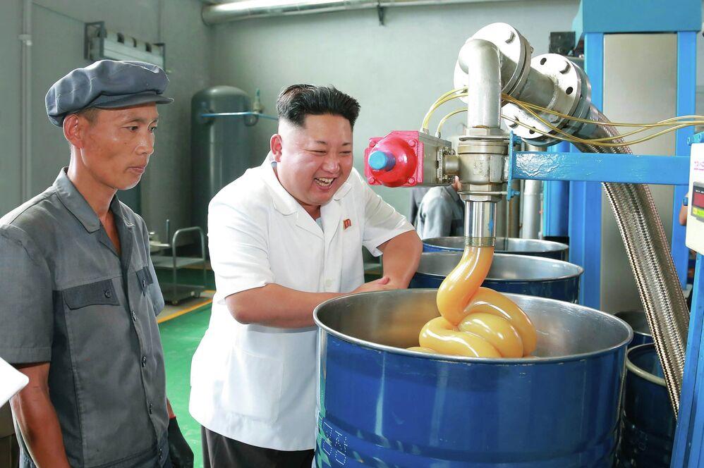 Северокорейский лидер Ким Чен Ын во время визита на завод смазочных материалов в городе Чонджи