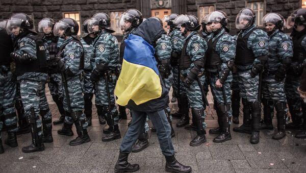 Сторонник евроинтеграции Украины и сотрудники милиции у здания правительства страны в Киеве. Архивное фото