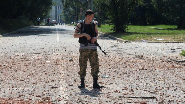 Ополченец патрулирует улицы Донецка