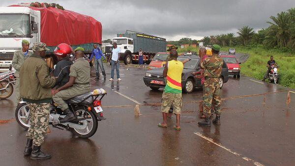 КПП на границе Гвинеи и Сьерра-Леоне во время эпидемии Эболы. Архивное фото
