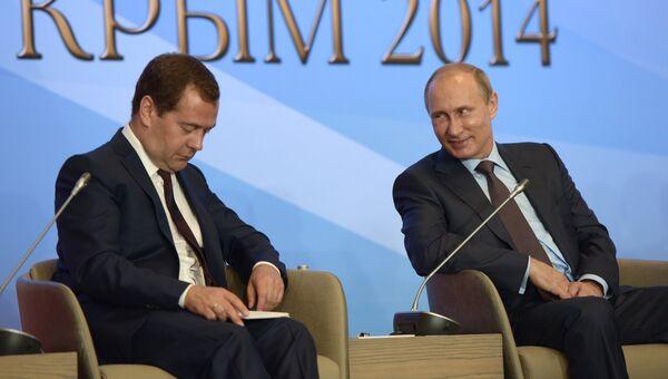 Президент РФ Владимир Путин (справа) и председатель правительства РФ Дмитрий Медведев во время встречи в Ялте членами фракций политических партий Государственной Думы РФ