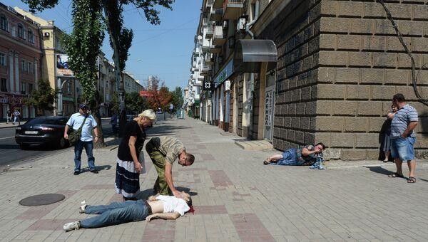 Жители Донецка на одной из улиц города, где произошел обстрел мирных жителей. Архивное фото