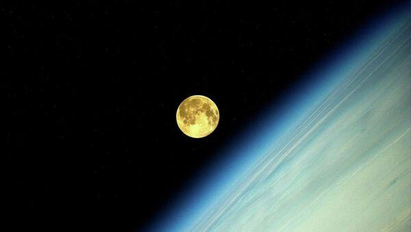 Фотография Луны во время суперлуния, сделанная космонавтом Олегом Артемьевым с МКС. Архивное фото