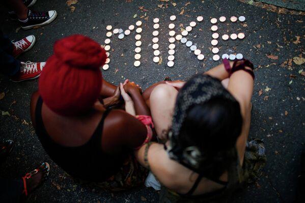 Свечи зажженные на улице Нью-Йорка в память о Майкле Брауне, подростке застреленном полицией в пригороде Сент-Луиса, США