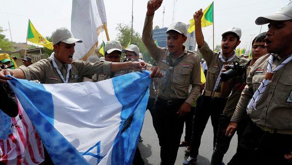 Участники движения Хезболлах поджигают флаг Израиля в Ираке