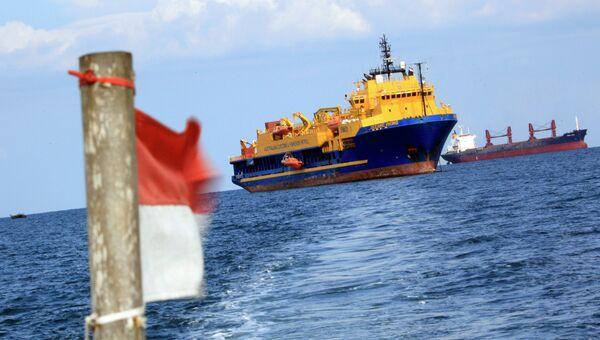 Государственный флаг Индонезии на фоне австралийского патрульного корабля