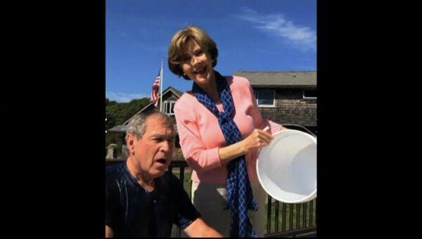 Бывший президент США Джордж Буш принимает участие в акции Ice Bucket Challenge