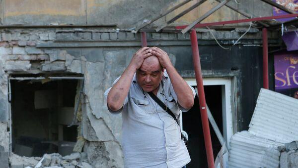 Житель Донецка после артобстрела города украинской армией. Архивное фото