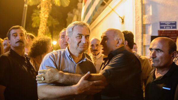 Кандидат в президенты от оппозиции Рауль Хаджимба (слева) общается со сторонниками