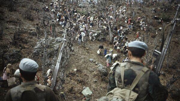 Сотни беженцев под охраной турецких войск недалеко от турецкой границы, 1991 год