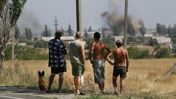 Местные жители во время обстрела в городе Новоазовске Донецкой области