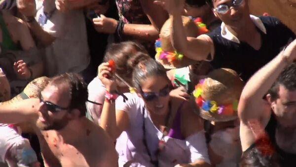 Тысячи людей забросали друг друга помидорами на фестивале в Испании
