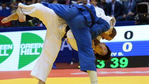 Денис Ярцев (Россия) во время финального поединка мужского командного турнира на чемпионате мира по дзюдо в Челябинске