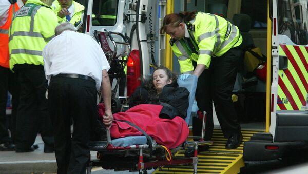 Эвакуация пострадавших из здания вокзала в Лондоне после серии взрывов. 7 июля 2005
