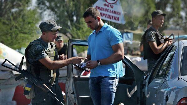 Проверка документов украинскими военнослужащими. Архивное фото