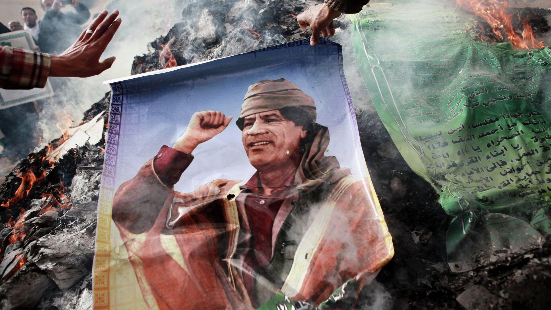 Жители Бенгази сжигают портреты Муамара Каддафи - РИА Новости, 1920, 05.11.2019
