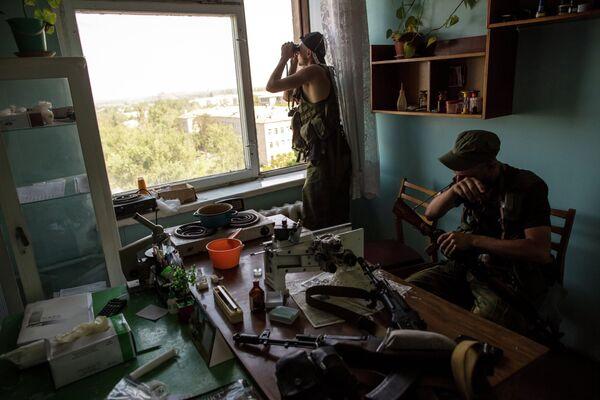 Ополченцы корректируют огонь минометов по позициям противника