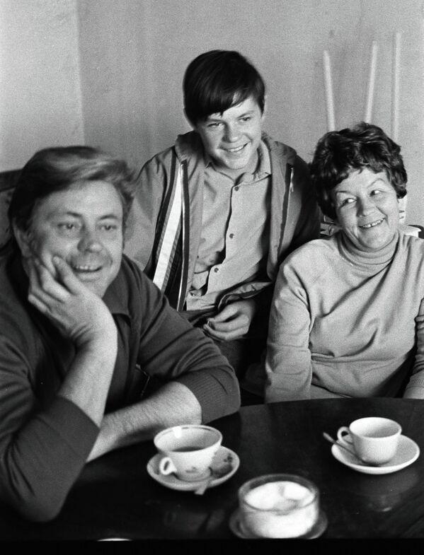 Донатас Банионис с женой и сыном