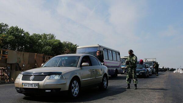Боец народного ополчения на одном из КПП близ Донецка. Архивное фото.
