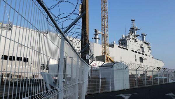 Вертолетоносец Владивосток класса Мистраль в порту города Сен-Назер, Франция