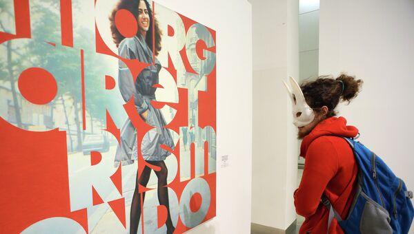 Посетитель у картины Маргарет Рисмондо  на выставке Эрик Булатов. ЖИВУ – ВИЖУ