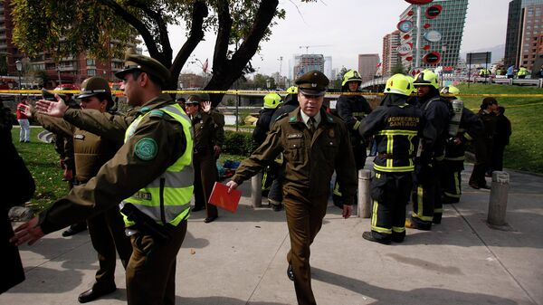 Полицейские на месте взрыва рядом со станцией в Сантьяго, Чили