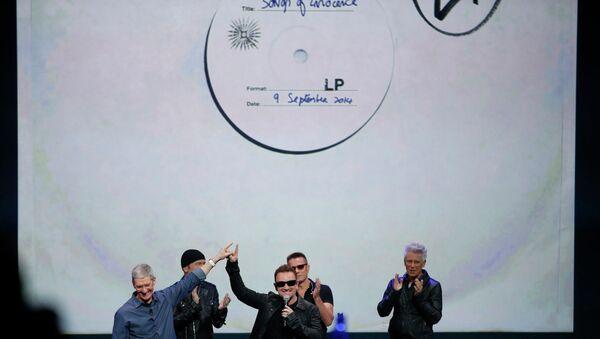 Глава Apple Тим Кук и группа U2