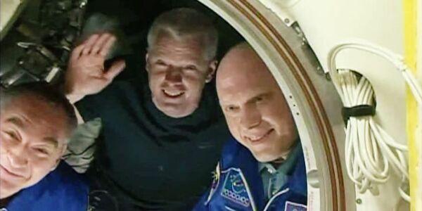 Члены 40 экспедиции на МКС перед закрытием люка спускаемого аппарата корабля ТМА-12М