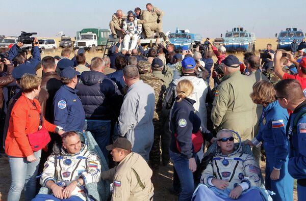 Члены 40 экспедиции на МКС Олег Артемьев, Александр Скворцов и Стивен Свенсон после посадки