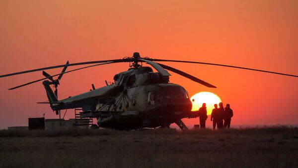 Спасательный отряд в ожидании приземления спускаемого аппарата корабля Союз. Архивное фото