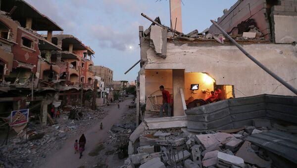 Жители на улице города Бейт-Лахия на севере сектора Газа