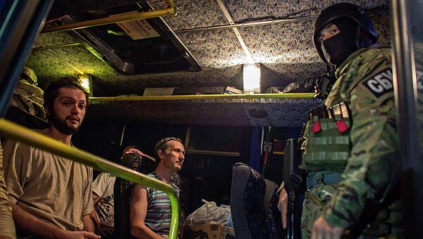 Ополченец во время обмена пленными между ополченцами и силовиками. Архивное фото