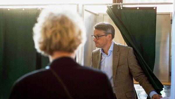 Выборы в Швеции. Лидер христанско-демократической партии Горан Хагглунд на избирательном участке
