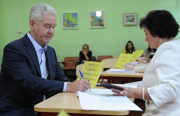 Мэр Москвы Сергей Собянин голосует на выборах в Московскую Городскую Думу
