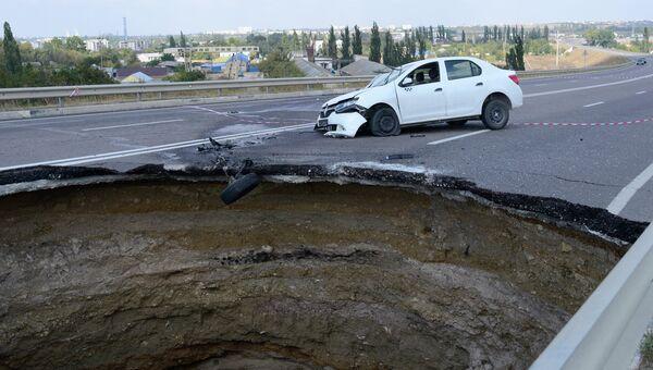 Место обвала грунта на участке автодороги, соединяющей Евпаторийское и Николаевское шоссе у Симферополя