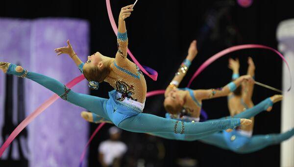 Российские гимнастки выполняют групповые упражнения с мячами и лентами на чемпионате мира по художественной гимнастике. Архивное фото