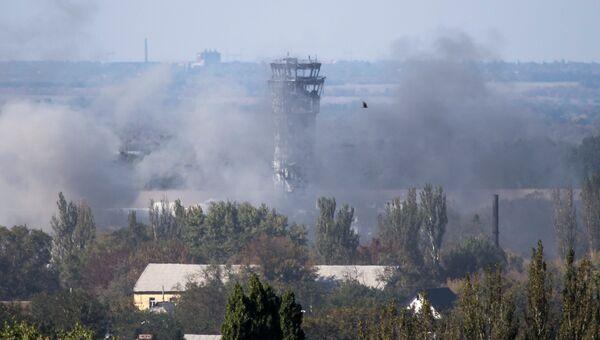 Дым виден над аэропортом Донецка 3 октября 2014, Архивное фото