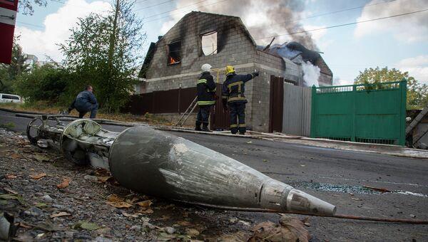 Фрагмент ракеты вблизи разрушенного обстрелом дома в Донецке. Архивное фото