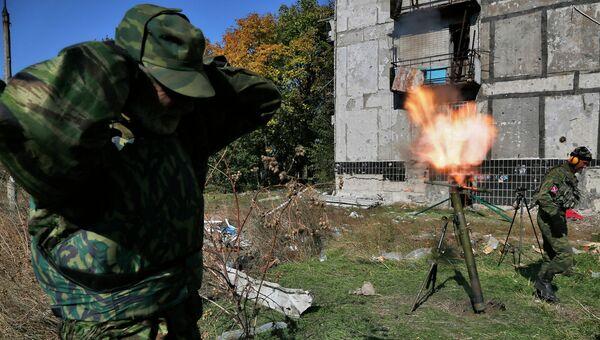 Ополченец ведет огонь по позициям украинских силовиков. Архивное фото