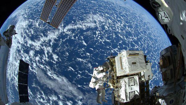 Астронавт НАСА Рид Вайзман в открытом космосе у МКС. Архивное фото